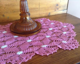 Vintage 1940s pink lace crochet runner, long dresser scarf, pink daisies, medallions, lacy crochet