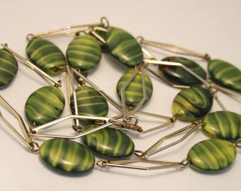 Green glass bead necklace. Vintage necklace. Green and yellow swirled glass beads