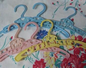 baby's clothes plastic hangers
