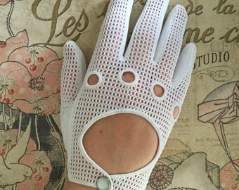 Vintage White Gloves ... With Pearlized Snap Button