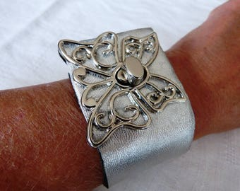 Cuff Bracelet leather and metal, silver lamb leather, big Butterfly silver metal twist clasp