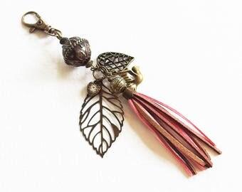 Bijou de Sac - L'Oiseau de Paix - Pompon suédine, breloques et Perles métal Bronze, mousqueton - Bijou créateur, fait-main, pièce unique