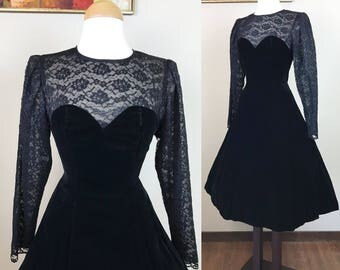 Vintage 1980s Dress / 80s Velvet dress / Illusion sweetheart neckline / Black lace