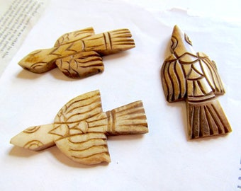 Carved Bone Thunderbird, Native Thunderbird Pendant, Beige Bone Bird, Pow Wow, Tea Stained, Tribal, 1 Pc 06281