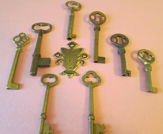 8 Vintage Solid Brass Keys for your Home Projects - Steampunk Art - Jewlery Making - Metal Working