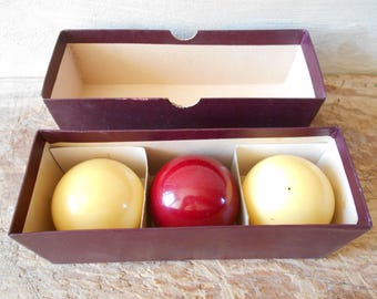 Vintage set of 3 bakelite snooker balls in their original box, 1950s pool balls, French or English billiard. Billard Carambole balls.