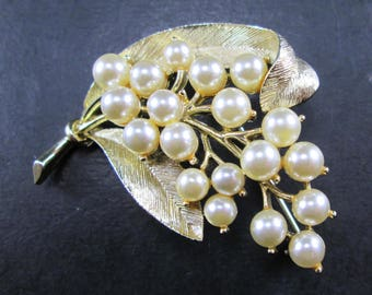 Vintage Lisner Faux Pearl & Gold Tone Grapes Leaves Brooch Pin 1960's Signed