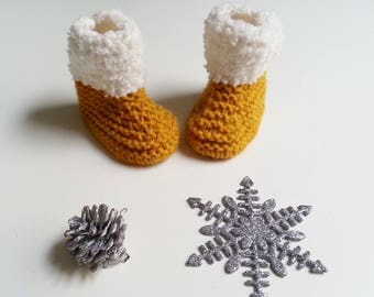 slippers bootees baby from 0 to 12 mustard yellow and ecru woolen hand-knitted months