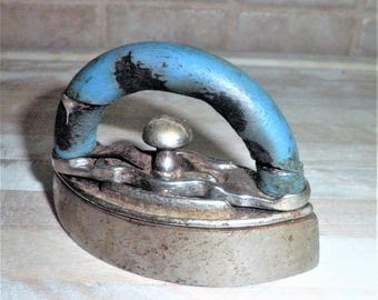 Vintage 3 1/2 inch metal childrens toy iron