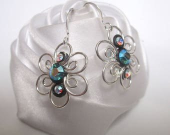 These earrings a pretty flower adorned with Rhinestones