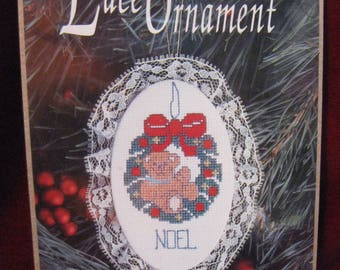 """NiP Wreath""""NOEL"""" LACE ORNAMENT Counted Cross Stitch Needlework Kit Vintage 1992 Design For The Needle #1203 Teddy Bear Christmas Decor 1057"""