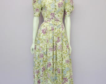 Eur 36 / US 6 / UK 8 // Vintage cotton Laura Ashley dress with romantic floral print // made in Great Britain // creamy white and pastels