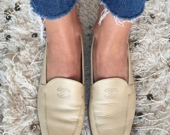Vintage CHANEL CC Embroidered Logo Tan Beige Leather Loafers Flats Driving Shoes Smoking Slippers Ballet Flats eu 39 us 8 - 8.5