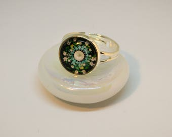 Cabochon ring, adjustable. Silver color with green stray flower cabochon.