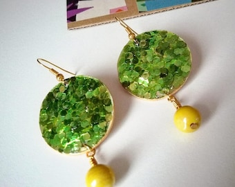 Glittering green gold earrings with bead/earrings