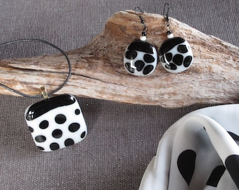 Set scarf, necklace and earrings in white and black glass