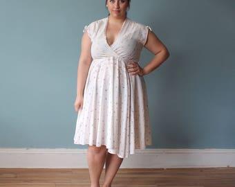 vintage plus size dress   white floral surplice dress full skirt   1980s (XL-XXL)