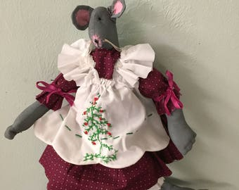 "PRIMITIVE~CHRISTMAS~MOUSE~hANDMADE~cOTTON~fABRIC~hAND~eMBROIDERED~aPRON~uNIQUE~cAN~sIT~aLONE~17""~tALL~sHELF~sITTER~"