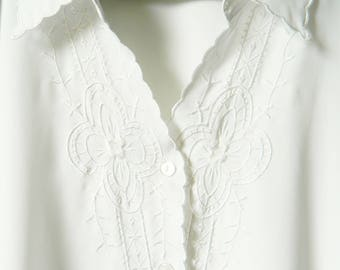White Embroidered Vintage Blouse / Lightweight Scalloped Collar Blouse / Romantic Floral Blouse