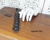 Bracciale in pelle nera italiana,Monoworm II con borchie brunite o argento antico,bracciale in pelle con fibbia regolabile,handmade in Italy