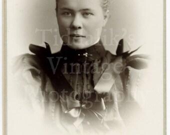 CDV Carte de Visite Photo - Beautiful Young Victorian Woman Portrait - H Brooks of Salisbury England