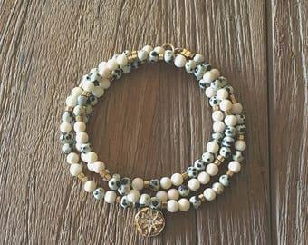 """Bracelet multirang, perles or facettées et pierres fines jaspes beiges : Modèle """"Loti"""""""