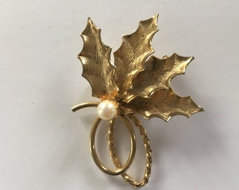Holly leaves - gold tone with a faux pearl - vintage brooch - chic Christmas style  - mid century girl - 60s 70s - Free shipping Canada USA