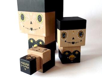 """Figurine cubique décorative en bois """"Calavera"""" noire et dorée (taille XL) - peinte à la main"""