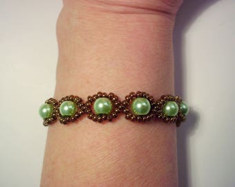 Bracelet green pearls surrounded with bronze metallic seed beads