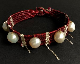 Woven bracelet with natural pearls.