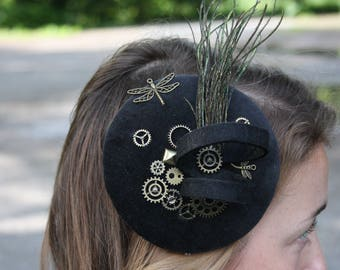Fascinator steampunk dazzling black, peacock feathers, dragonfly, gears, felt spiral