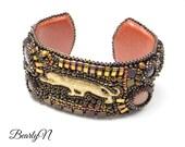 bracelet manchette guépard en laiton, brodé de perles, brun et or, esprit safari, esprit jungle, bestaire Afrique, cadeau anniversaire femme