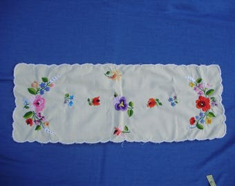 Beautiful ,Unused,Vintage,Hungarian handmade embroidered doily/tablecloth/runner w. Kalocsa flower pattern,Cottage/Shabby Chic