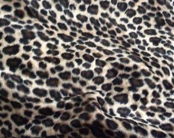 Fausse fourrure léopard d une largeur de 160 cm environ