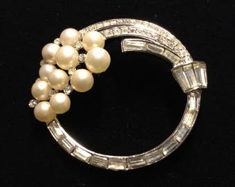 CROWN TRIFARI Faux Pearls and Diamante Brooch