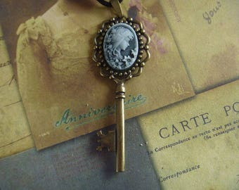 vintage Necklace: woman cameo Locket and key