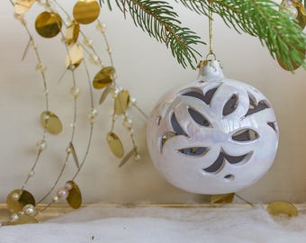 Collection ball, ornamental white Christmas tree iridescent, ceramic, to hang.