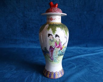 Chinese porcelain covered vase with Geishas
