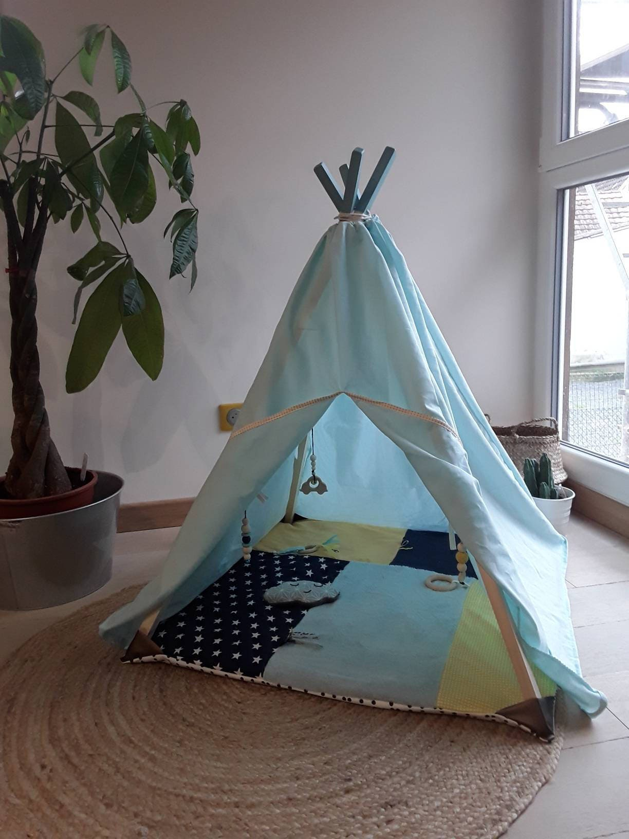 tapis d 39 veil b b gar on sensoriel transformable en tipi arche en bois brut hochets naturels. Black Bedroom Furniture Sets. Home Design Ideas