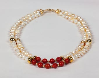 Red Carpet.  Beautiful necklace with pearls and red coral beads and bracelet. Collar de perlas con corales espectaculares con su pulsera.