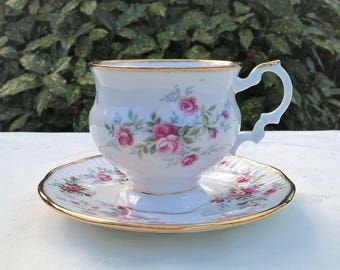 Very nice Elizabethan Staffordshire Fine Bone China teacup and saucer, Vintage teacup and saucer.