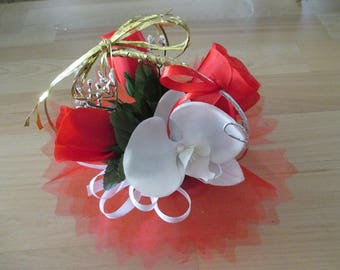 round, red and white table centerpiece