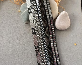 Bracelet composed of five links, black and silver