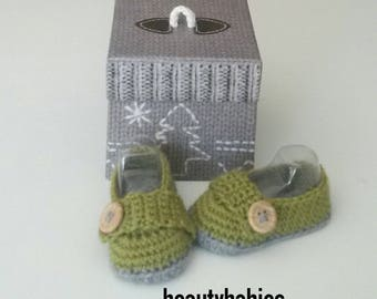 Green and gray baby moccasins size 3 to 6 months