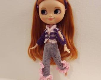 Blythe-Outfit pantalone filled skinny (con volant) con giacchina abbinata e fascetta x capelli. Made in Italy realizzato a mano
