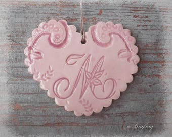 Heart in earthenware with Scalloped edges, lace print, pastel pink and letter ' I