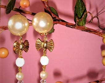 Very long vintage earrings mounted on clips in shades of gold, white mother of Pearl vintage style