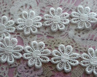 White polyester lace can be carved 2.50 cm in diameter (10 flowers).