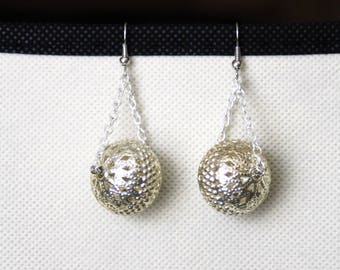 Earrings with a silver metal Pearl