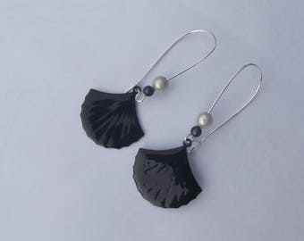 "Large earrings sleepers silver, 2 pearls ""magic""(anthracite et ivoire) and sequin enameled matte black fan"
